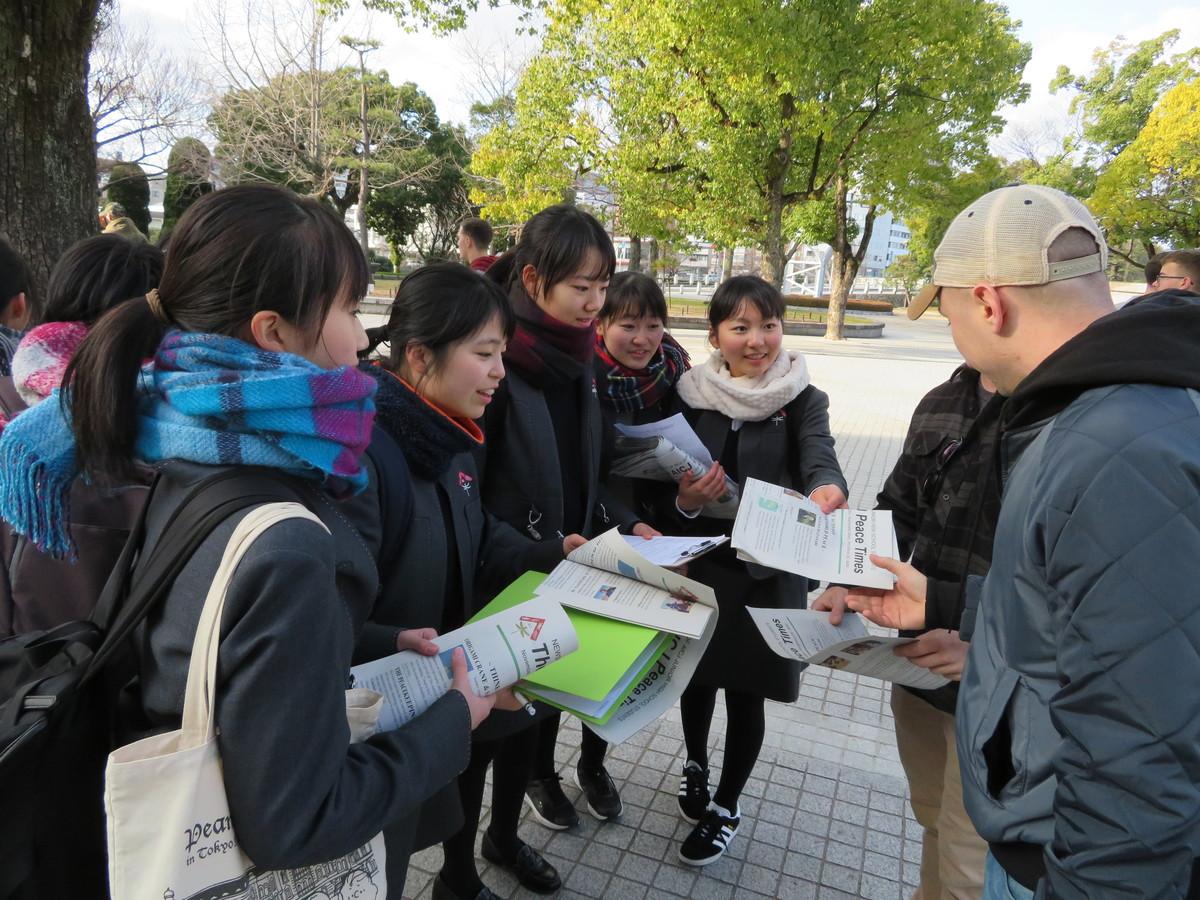 英字新聞「The AICJ Peace Times」を外国観光客に配布